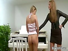 Kaksi smokkipoimutukseksi kuuma seksikäs brunette kiimainen