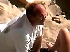 Man isst Pussy in den Strand
