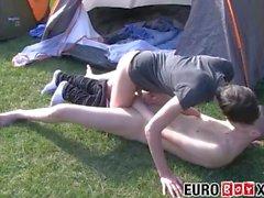 Симпатичные пары сосать и безделушки трахаются на улице в палатке