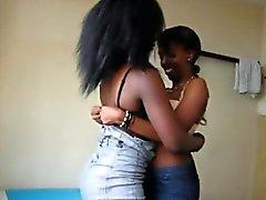Lesbiska kvinnor mellan Afrika försöker nytt strapon leksaken när de har sex
