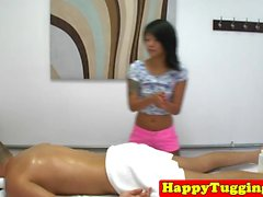 Pequeña masajista asiática cockriding a su cliente