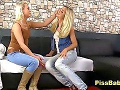 Ragazze lesbiche di Pisciate