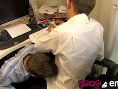 Oskyldig ser twink suger av sin älskare medan han arbetar