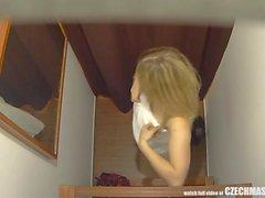 Nuori tyttö ryntää kyyneliin hieronnan jälkeen