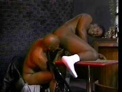 Kinky парень из черного дерева исполняет каждый метр черной торчат ему голодный зад