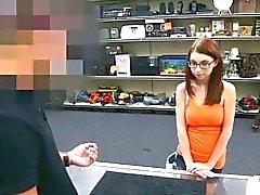 Big Natural Tits -Küken auf Brillen Pawn Der ihre Muschi um Geld