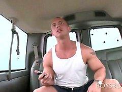 Blonde stattlichen Kerls mit reizvollen Pornostar in dem Bus versucht
