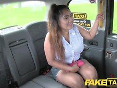 Fake Taxi Thai hieroja, jolla on isot tissit, toimii taikuudessaan
