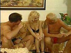 Hot Blondine bekommt Typen Hahn und saugt es schwer aufs Sofa