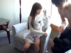 Kuuma tyttö antaa suihin ja handjob hierontapöytä teräväpiirtona