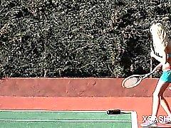 Schmutzige teen slut Sasha necken Möse mit Tennisschläger