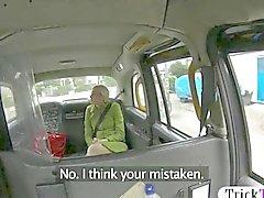 Fille chaude d'amateur défoncée par faux driver sur le siège arrière