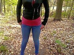 Jennyn on pissing häntä farkkuja metsän