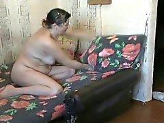 Lelijke moeder met harige kut wassen de vloer