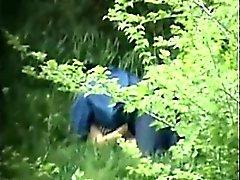 Dolda kameran fångsterna människa samt kvinna som gör ute i de Fores