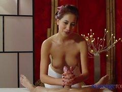 Massage Zimmer Nympho Asian fickt großen Schwanz vor Hot Hand Job