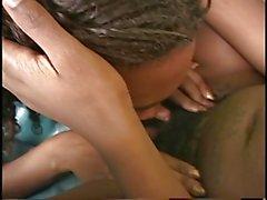 Две симпатичные бисексуальных лесбиянки девушки любят трахает большим членом