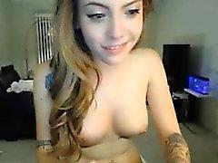 sexy blonde olevan täynnä tattoos