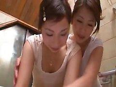 Dos chicas tetonas orientales que llevaban a sus fantas lesbianas salvajes