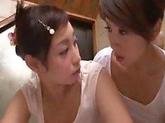 Duas meninas oriental busty que trazem seu fantas