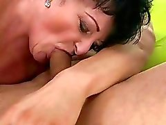 Yağ Anneanne genç sevgilisi tarafından gets fucked