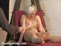 Bröstpiskning och kaning av blond amatör slavflicka Chao