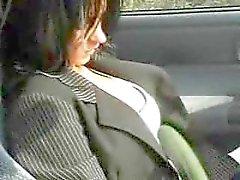 Brunette piristyi supermarket ja nai lähellä car . F70