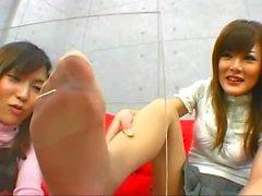 Japanilaisen tyttöjen Haisuli sukan ja jalkoina