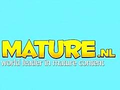 Nature toying adulte plantureuse dans les bas