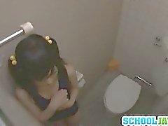 Adolescente follan en una cubículo del baño por dos chicos cachonda
