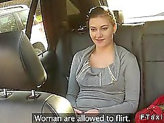 Brunetten blinka par snygga bröst in fake taxi