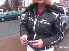 Taschengeldschlampe in blond klar gemacht