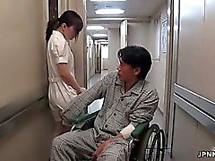 Reizvolles asiatische Krankenschwester spielt verrückt