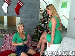 Lesbisk mamma och söta styvdotter bang på juldagen