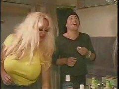Busty blonde Pamela Peaks nimmt zweier bi Jungs und Dildos einen Arsch