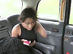 Seksi bir abanoz bebe berbat ve taksi içinde dolandırıcılık sürücünün sikiş