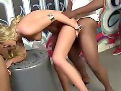 Cagna Blonde gallo nero di bukkake