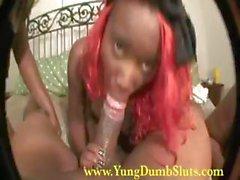 Ebony ragazza con i capelli di colore rosso vivo si fa fatto vibrare in un trio Lesbian quindi succhia il cazzo