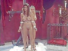 Drie sletten aan elkaar gebonden en zuigen lolly