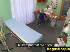 Luiseva potilaalla squirts aikana asiakirja sormea väg