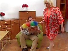 Oma krijgt cum op haar bril
