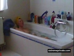 Épiées ma mère raser sa chatte dans le bain