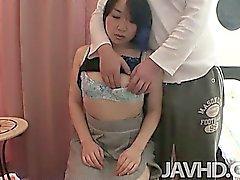 Mayu si di Kudo la trova hairy pussy riempito con un cazzo tutto rigido.Ha