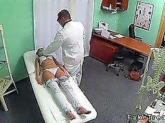 Bueno morena busca follado por médico en el hospital falsificación