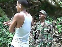 Kukko - rakastavia sotilaallisen lad räjäyttää poika