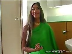 North indiska fru i grön Sari suger ut stora Västindien Black Dick efter Cricket Match