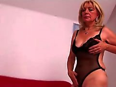 Blonda Granny i Black Fishnets Fingers
