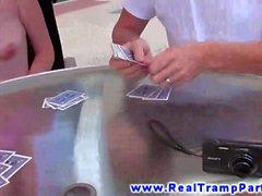 Adolescencia fiesta de al aire libre de perder al strip poker