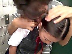 Busty schoolgirl Japon pigtailed la bouche baisée