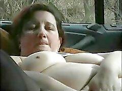 Aikuinen lutka masturboi autossa